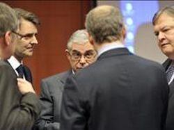 Stevenas Vanackere, Belgijos finansų ministras (pirmas iš kairės), Francois Baroinas, Prancūzijos finansų ministras (antras iš kairės),  ir Evangelos Venizelos, Graikijos finansų ministras (dešinėje), klausosi Graikijos premjero Lucaso Papademos (centre) prieš euro zonos finansų ministrų susitikimą Briuselyje.