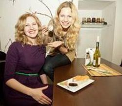 """Ieva (kairėje) ir Laura Šidlauskaitės, UAB """"Seserys"""", valdančios restoraną """"Shimai sushi & wine"""" bendraturtės."""
