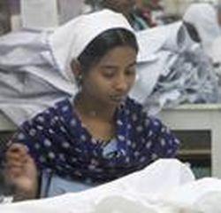 """Bangladeše kasmet pasiuvama produkcijos už 20 mlrd. USD, daugiausia tinklams """"Wal-Mart"""" ir """"H&M""""."""