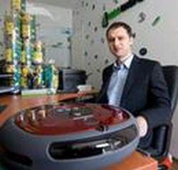 """Tomas Anbinderis, buitiniais robotais prekiaujančios UAB """"Algoritmika"""" direktorius."""