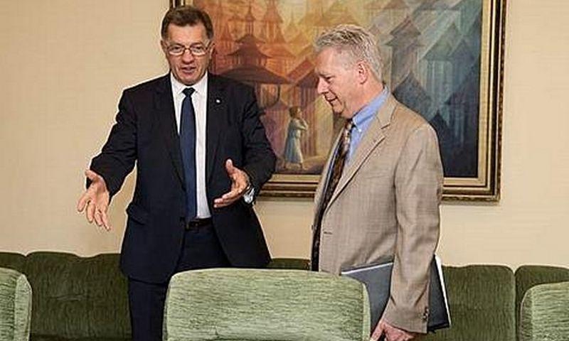 """Iš kairės - premjeras Algirdas Butkevičius ir Gilbert Ankenbauer, """"Chevron Exploration & Production Lietuva"""" generalinis direktorius."""