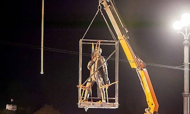 Pirmadienio naktį nukeltos pirmosios dvi skulptūros. Vilniaus miesto savivaldybės nuotr.