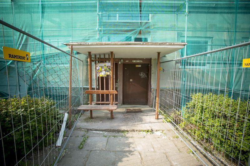2015 06 30. Renovuojamas daugiabutis namas Karoliniškių mikrorajone, Vilniuje. Vladimiro Ivanovo nuotr.