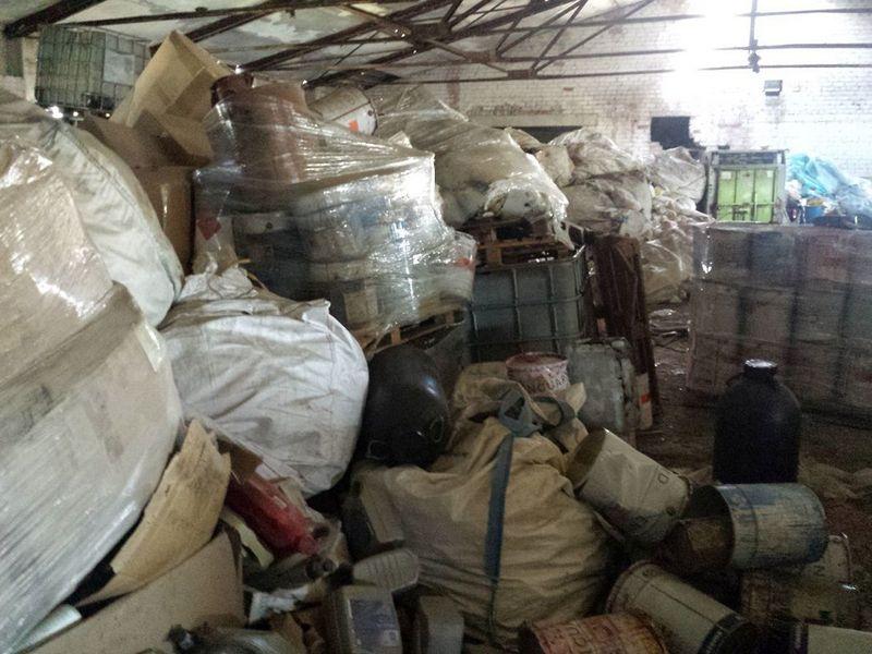 """Dėl UAB """"Juknedai"""" priklausančiuose sandėliuose rastų nelegaliai laikomų pavojingų atliekų yra paskelbta ekstremali padėtis. Kauno r. savivaldybės nuotr."""