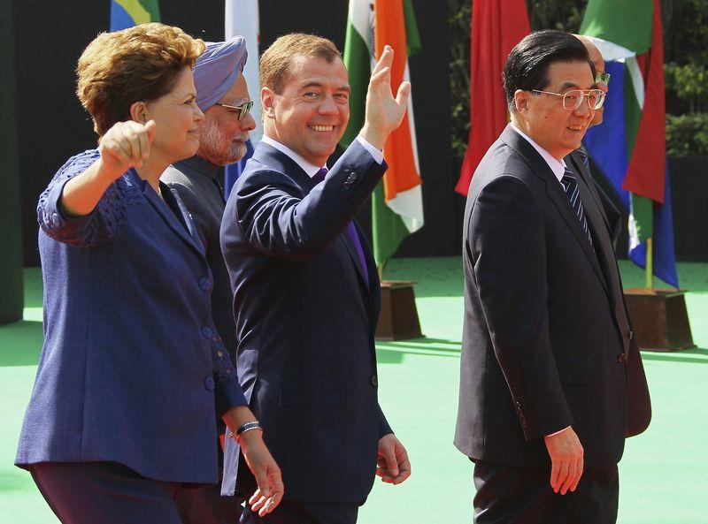 """Brazilijos prezidentė Dilma Rousseff, Indijos buvęs premjeras Manmohanas Singhas, Rusijos prezidentas Dmitrijus Medvedevas bei Kinijos prezidentas Hu Dzintao. Yekaterinos Shtukinos (""""Reuters"""" / """"Scanpix"""") nuotr."""