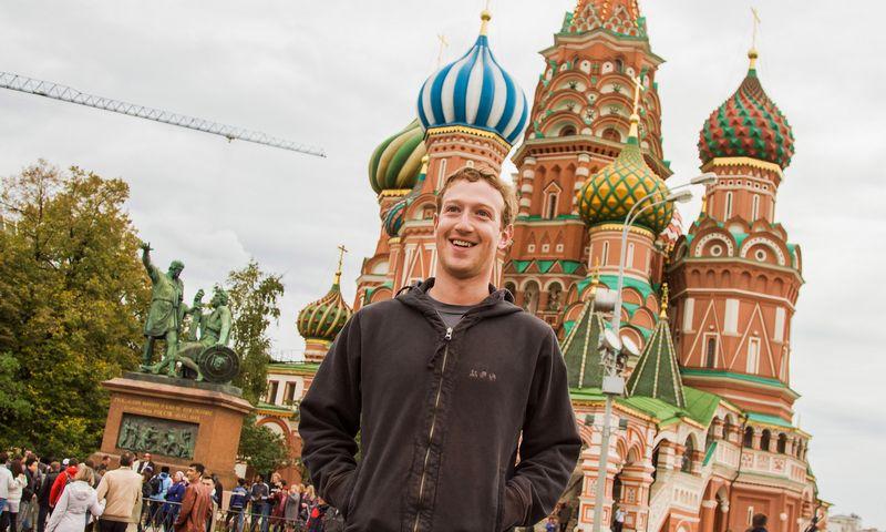 """Socialinio tinklo """"Facebook"""" įkūrėjas Markas Zuckerbergas Maskvoje. """"Reuters"""" / """"Scanpix"""" nuotr."""