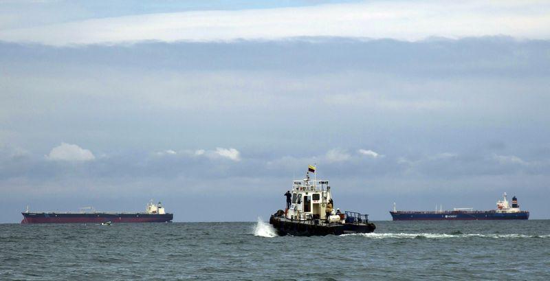"""Naftos laivai prie """"Esmeraldas"""" įmonės. Guillermo Granja  (""""Reuters"""" / """"Scanpix"""") nuotr."""