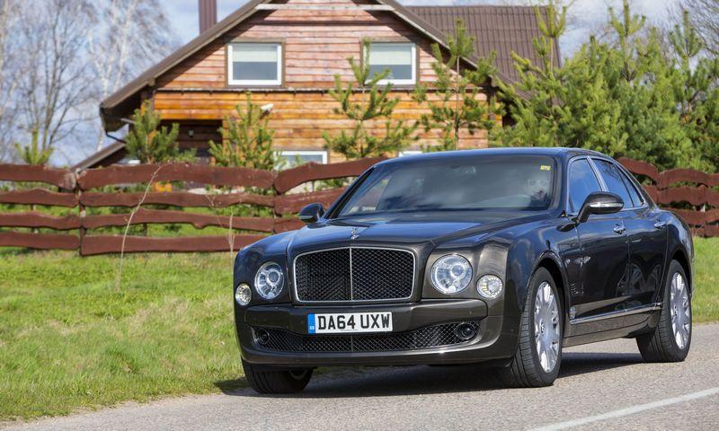 """Perkant daugiau nei 300 000 eurų kainuojantį """"Bentley"""" galima pamąstyti ir apie investiciją į nekilnojamąjį turtą. Vladimiro Ivanovo (VŽ) nuotr."""