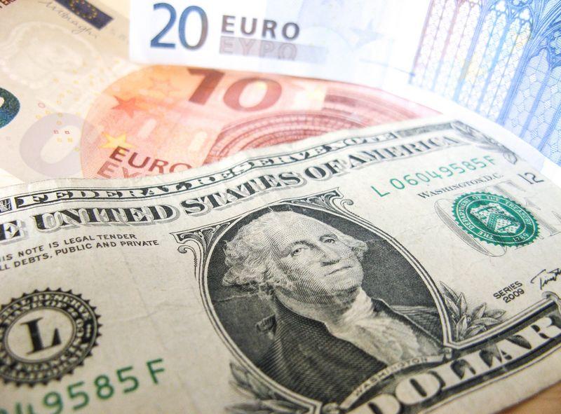 Euras pinga JAV dolerio atžvilgiu, tačiau pavasarį buvusių žemumų nebesitikima. Juditos Grigelytės (VŽ) nuotr.