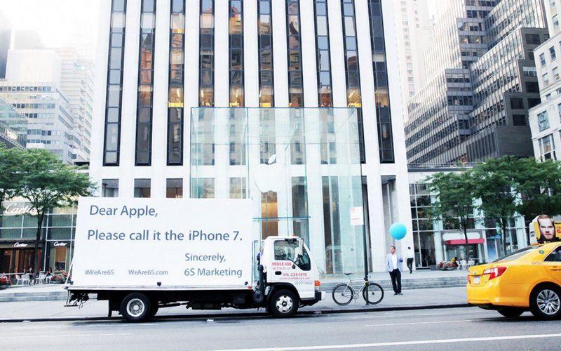 """""""Mielas, """"Apple"""", prašau, pavadink jį """"iPhone"""" 7"""", – rašoma rinkodaros įmonės """"6S Marketing"""" plakatuose. Bendrovės nuotr."""