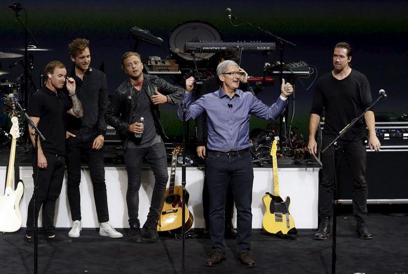 """""""Apple"""" naujų produktų pristatymo renginio akimirkos. Becko Diefenbacho (""""Reuters""""/""""Scanpix"""") nuotr."""