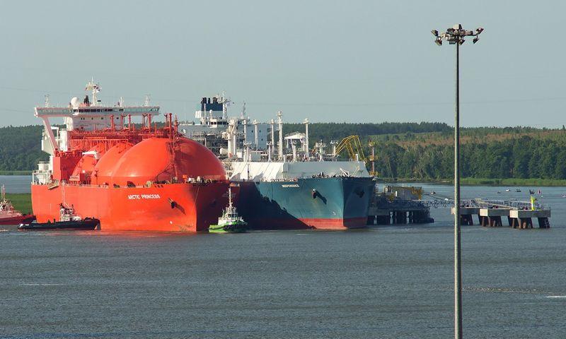 """SkGD tanklaivis """"Arctic Princess"""" ir laivas-saugykla """"Independence"""". Algimanto Kalvaičio (VŽ) nuotr."""
