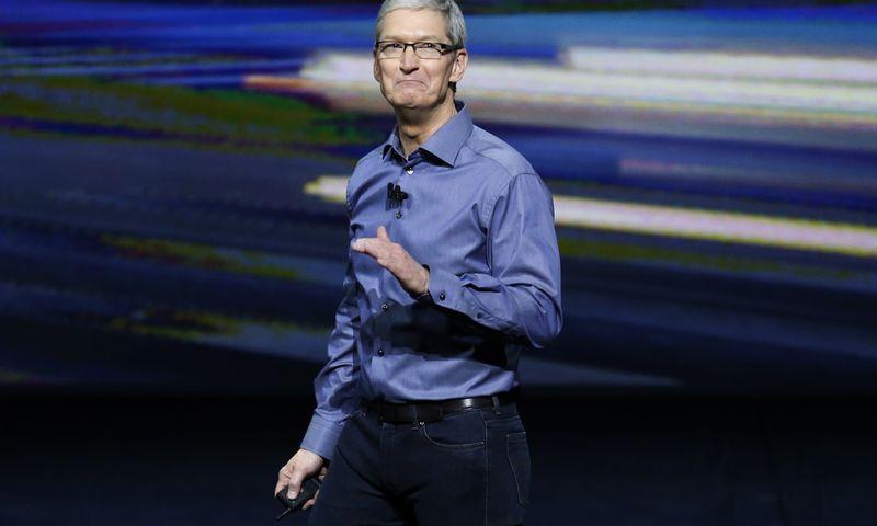 """Panašu, kad Timas Cookas, dėl laimingesnių klientų yra pasiruošęs išimti iš telefonų tai, ką Steve'as Jobsas į juos įmontavo.  Becko Diefenbacho (""""Reuters""""/""""Scanpix"""" ) nuotr."""