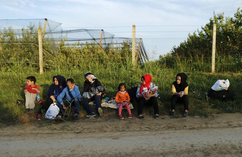 """Grupė migrantų prie Serbijos sienos su Kroatija. Antonio Bronico (""""Reuters"""" / """"Scanpix"""") nuotr."""