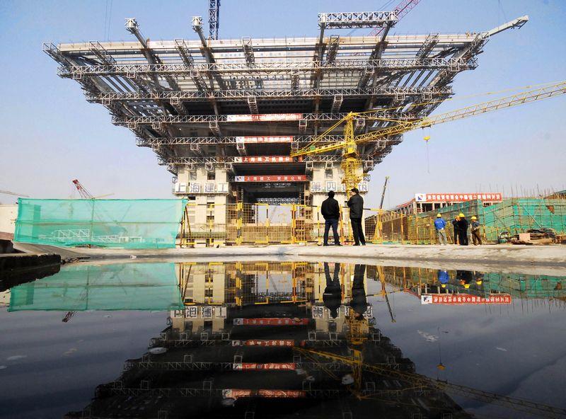 """Pekinas siekia paskatinti ekonomiką investicijomis į didelius projektus, tačiau jie pastaruoju metu stringa regioninėse vyriausybėse.""""Xinhua"""" / """"Photoshot"""" / """"Scanpix"""" nuotr."""