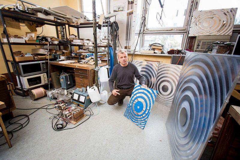 """Dr. Saulius Rudys, UAB """"Eteronas"""" įkūrėjas su """"Eterono"""" antenomis. Vladimiro Ivanovo (VŽ) nuotr."""