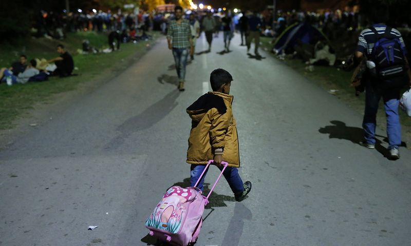 """Migrantų vaikas Tovarniko mieste, Kroatijoje. Antonio Bronico (""""Reuters"""" / """"Scanpix"""")  nuotr."""