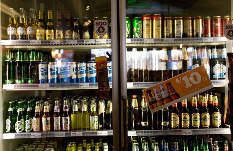 """Galiojantis įstatymas numato, kad po kiek daugiau kaip trijų mėnesių – nuo 2016 m. sausio 1 d. – iš degalinėse esančių parduotuvių turėtų """"išgaruoti"""" alkoholiniai gėrimai.  juditos grigelytės nuotr."""