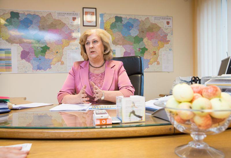 """Rimantė Šalaševičiūtė, sveikatos apsaugos ministrė: """"Didelė dalis gydymo įstaigų turi nemažai realių galimybių, kaip racionaliau naudoti PSDF lėšas, kaip sėkmingai planuoti pacientų gydymą, kad bent minimaliai trumpėtų eilės."""" Juditos Grigelytės (VŽ) nuotr."""