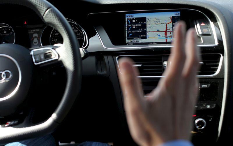 """Erdvės plėtrai automobilių pramonėje turi ne tik programėlių kūrėjai, kuriems reikia automobilių """"renkamų"""" duomenų, bet ir didžiųjų IT kompanijų tiekėjai. Roberto Galbraitho (""""Reuters"""" / """"Scanpix"""") nuotr."""