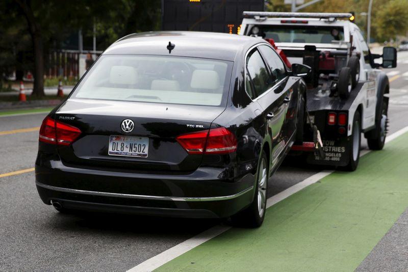 """Kilus skandalui, """"Volkswagen"""" akcijų vertė per dvi dienas aptirpo daugiau nei trečdaliu. lucy nicholson (""""Reuters"""" / """"Scanpix"""") nuotr."""