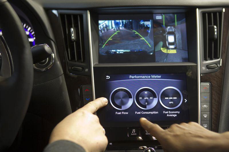 """Dalis automobilių gamintojų kuria nuosavas pramogų ir informacijos sistemos, kiti naudoja trečiųjų šalių produktus. Steve'o Marcuso (""""Reuters"""" / """"Scanpix"""") nuotr."""
