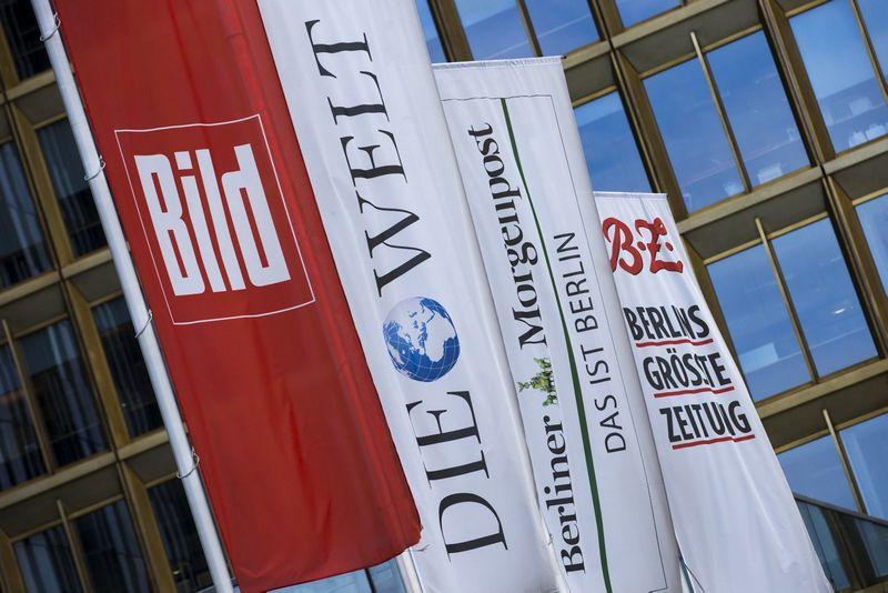 """""""Axel Springer"""" priklausančių leidinių vėliavos. Thomo Peterio (""""Reuters"""" / """"Scanpix"""") nuotr."""