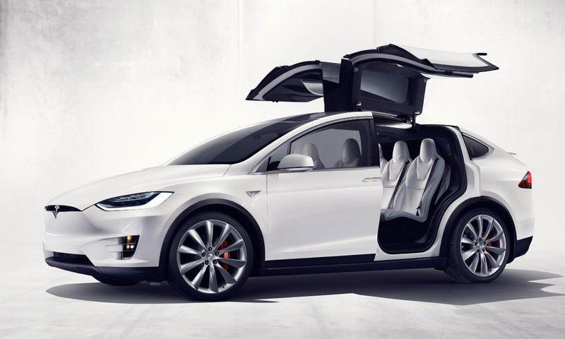 """""""Tesla Motors"""" pristatė pirmąjį elektrinį visureigį """"Model X"""". Gamintojo nuotr."""