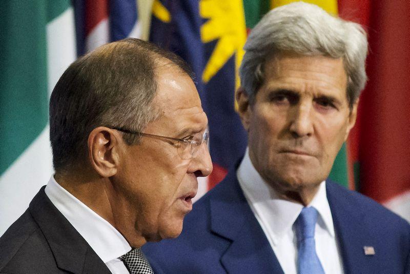 """Sergejus Lavrovas, Rusijos užsienio reikalų ministras, ir Johnas Kerry, JAV valstybės sekretorius. Andrew Kelly (""""Reuters"""" / """"Scanpix"""") nuotr."""