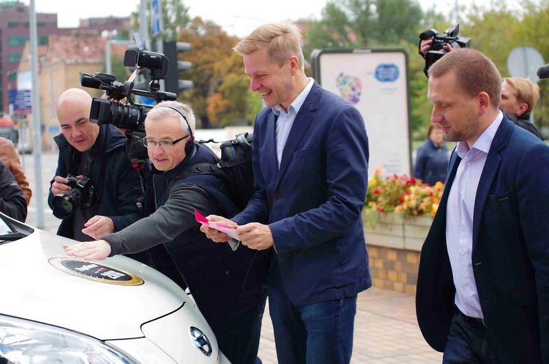Vilniaus miesto meras Remigijus Šimašius nusprendė, kad elektromobiliai yra miestų ateitis. Ryčio Petrausko nuotr.