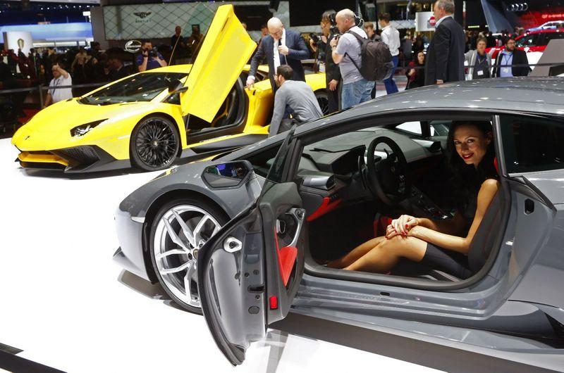 """Automobilių parodose ir pristatymuose gražios moterys dažnai tampa aksesuaru, kurio vienintelė paskirtis – gražiai atrodyti. Nuotraukoje – šių metų Ženevos automobilių parodoje pristatytas """"Lamborghini Huracan"""" ir mergina, kurios vardo agentūros nuotraukos apraše nėra. """"Scanpix"""" nuotr."""
