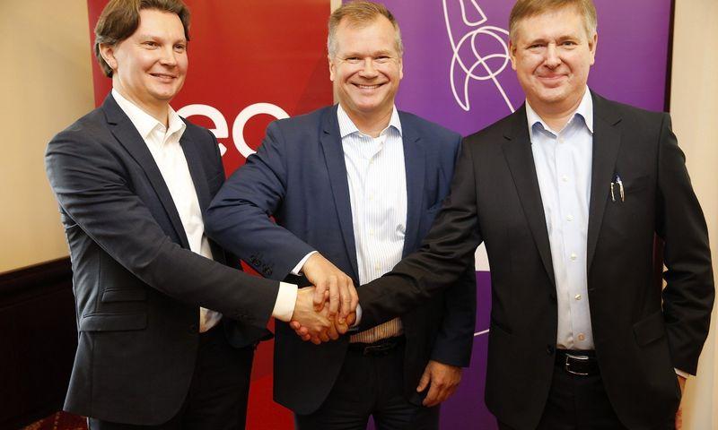 """Iš kairės: Kęstutis Šliužas, """"Teo"""" vadovas, Robertas Anderssonas, """"Teo"""" valdybos pirmininkas, ir Danas Strombergas, """"Omnitel"""" generalinis direktorius. Vladimiro Ivanovo (VŽ) nuotr."""