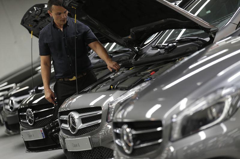 """Didesnį saloną Klaipėdoje pasistatę """"Mercedes"""" atstovai tikina galėsiantys greičiau dirbti ir teikti daugiau paslaugų. Christiano hartmanno (""""Reuters"""" / """"Scanpix"""") nuotr."""
