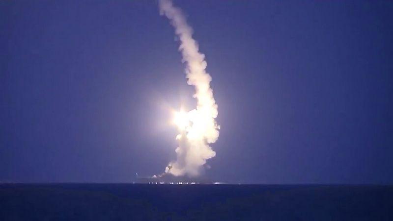 """Kaspijos jūros flotilės laivai paleidžia raketas į, pasak Maskvos, """"Islamo valstybės"""" taikinius Sirijoje. Rusijos gynybos ministerijos / """"RIA Novosti"""" / """"Scanpix"""" nuotr."""