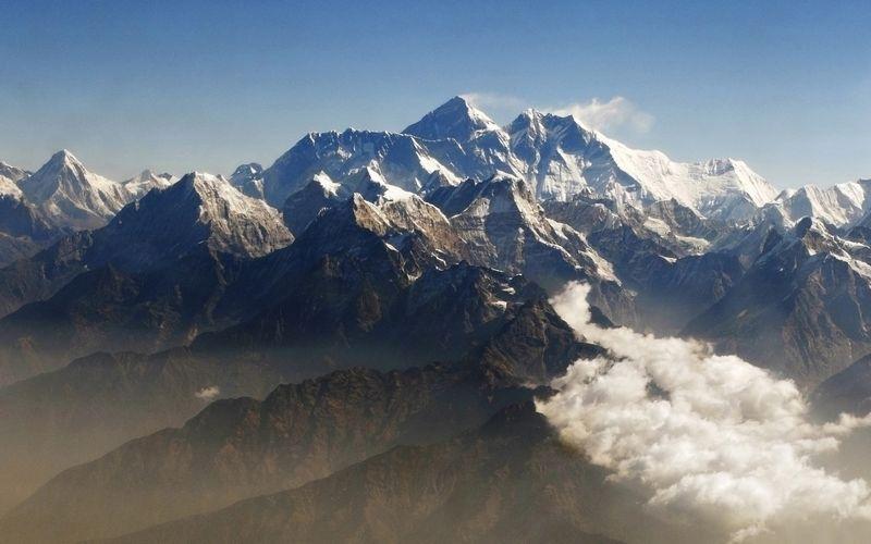Jeigu įstatymas bus patvirtintas, nuo pavasario sezono į Everestą galės kopti tik tie alpinistai, kurie prieš tai bus įveikę aukštesnius kaip 6.500 metrų kalnus. Timo Chongo (Reuters/Scanpix) nuotr.