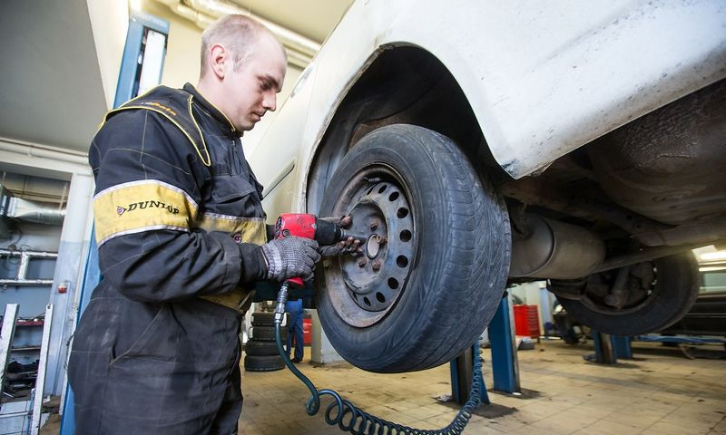 Nuo lapkričio 10 d. visi Lietuvoje važinėjantys automobiliai privalo važiuoti su žieminėmis padangomis. Juditos Grigelytės (VŽ) nuotr.