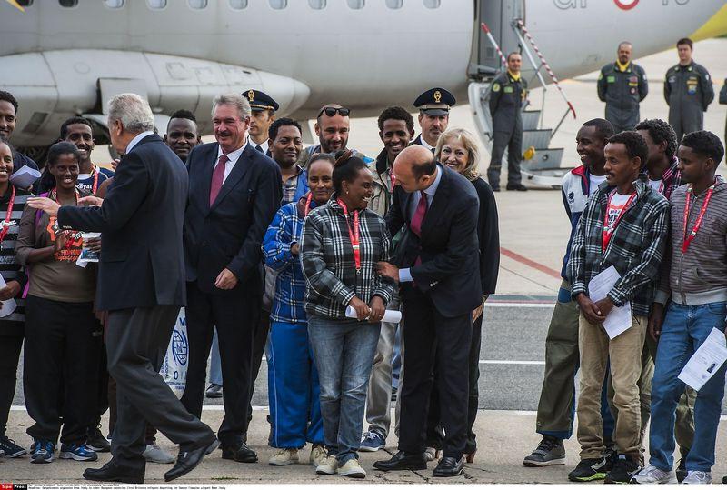 """Pirmieji migrantai pagal planą išskrido iš Italijos į Švediją. Alessandro Serrano (""""Sipa"""" / """"Scanpix"""") nuotr."""