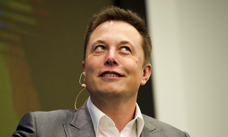 """Elonui Muskui, """"Tesla Motors"""" vadovui, """"Apple"""" planas sukurti konkurentą """"Model S"""" kelia juoką. Stringerio (""""Reuters"""" / """"Scanpix"""") nuotr."""