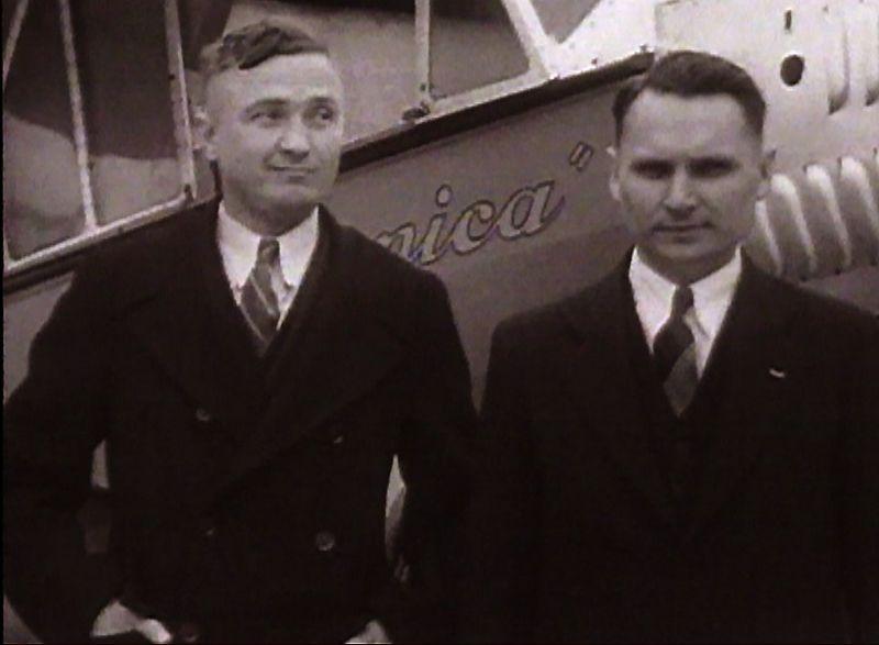 """Kadras iš """"Universal Newspaper Newsreel"""" kino kronikos: S. Darius (kairėje) ir S. Girėnas prie """"Lituanicos"""" Niujorke, tikėtina, 1933 m. liepos 15 d. eFootage.com medžiaga."""