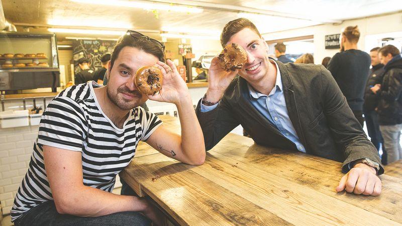"""Andrius Zaveckas, """"Donut LAB"""" direktorius (dešinėje), ir Rokas Medonis, """"Keulė rūkė"""" direktorius, džiaugiasi radę sprendimą, naudingą abiem prekių ženklams. JUDITOS GRIGELYTĖS (VŽ) NUOTR."""