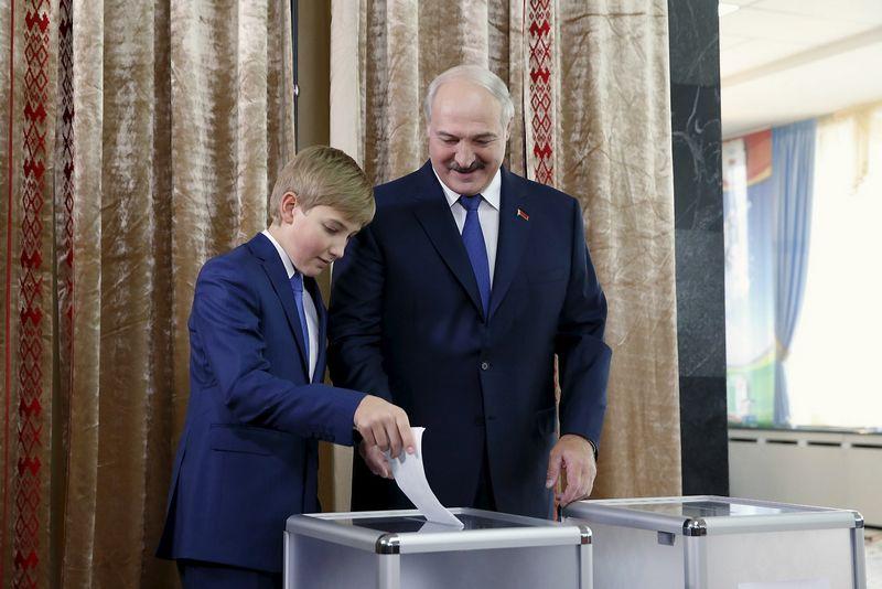 """Aliaksandras Lukašenka ir jo sūnus Nikolajus. Vasily Fedosenko (""""Reuters"""" / """"Scanpix"""") nuotr."""