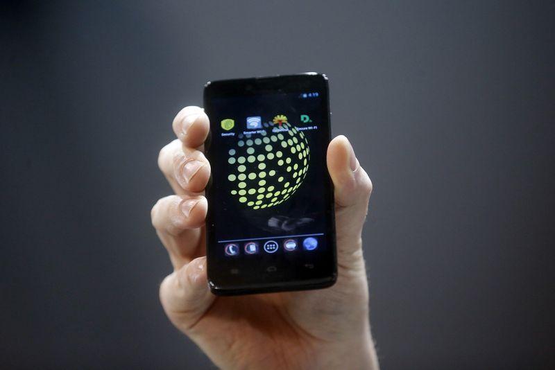 """Teigiama, kad pirmieji """"Blackphone"""" išparduotui per kelias savaites nuo pasirodymo rinkoje. Alberto Gea (""""Scanpix""""/""""Reuters"""") nuotr."""