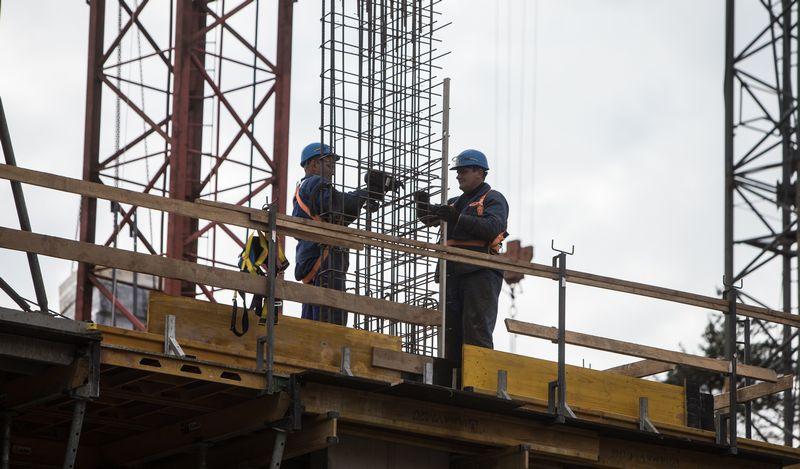Viešųjų pirkimų tarnybos duomenimis, 20 įmonių pernai atliko beveik pusę – 443 mln. Eur  vertės – darbų  statybų sektoriuje. Likusioms 509 statybos bendrovėms teko 508 mln. Eur  viešųjų pirkimų vertės.  Juditos Grigelytės (VŽ) nuotr.