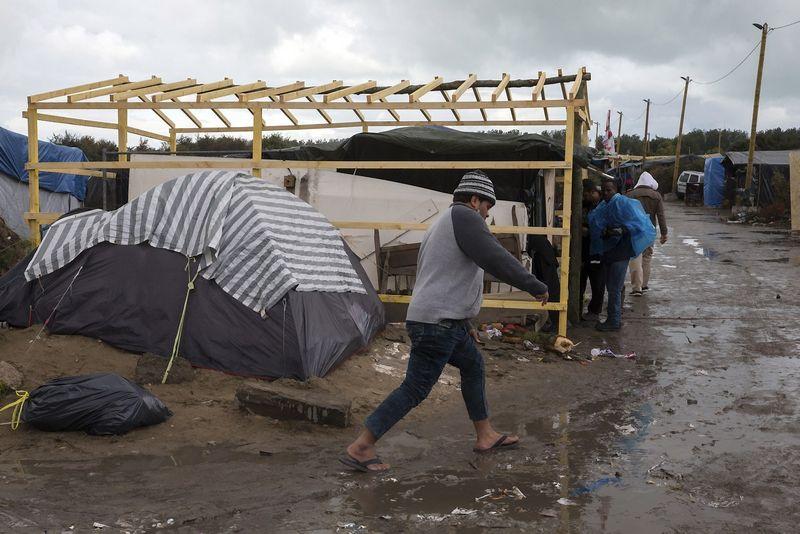 """Pabėgėlių stovykla Prancūzijoje. Philippe'o Wojazero (""""Reuters"""" / """"Scanpix"""") nuotr."""