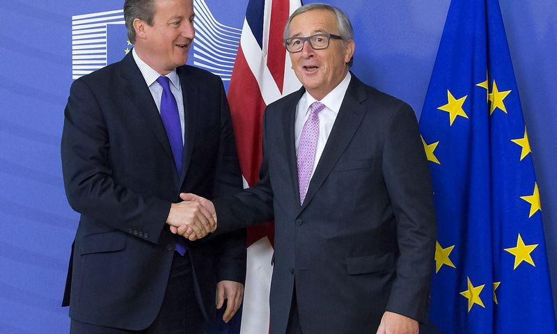 British Prime Minister David Cameron (L) is welcomed by European Commission President Jean-Claude Juncker in Brussels, October 15, 2015.  Yves Herman  (Reuters / Scanpix)