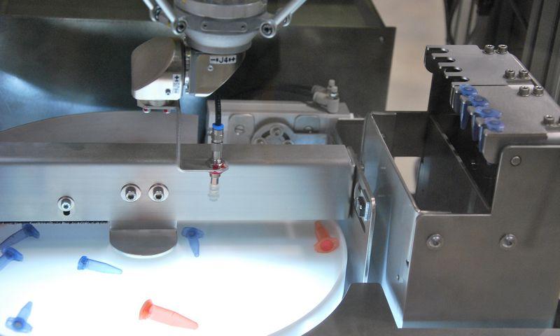 """Penktadienį Kauno laisvojoje ekonominėje zonoje veikiančioje """"Elintos"""" įmonių grupėje atidaryta robotikos paroda. Indrės Sesartės (VŽ) nuotr."""
