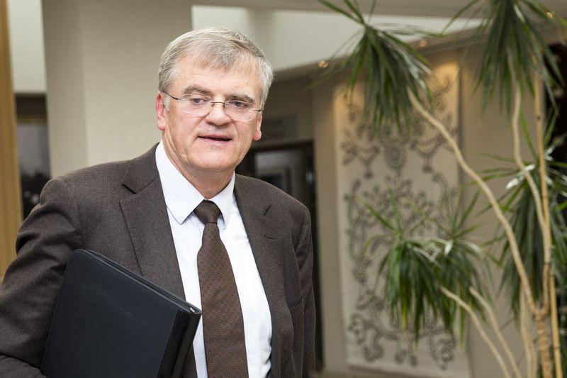 """Stasys Kropas, Lietuvos bankų asociacijos prezidentas: """"Dėl naujų teisės aktų bankai patirs papildomų sąnaudų ir turi būti aptarta kas juos kompensuos. Jei verslui nurodoma nemokamai teikti paslaugą, kažkas už ją turi sumokėti."""" Vladimiro Ivanovo (VŽ) nuotr."""