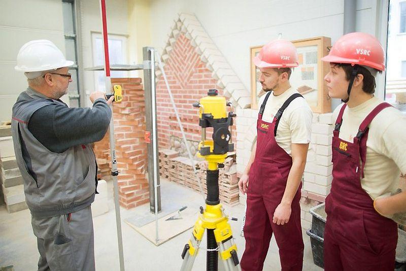 2014 m. profesinio mokymo įstaigos parengė 15 tūkst. specialistų, tarp jų daugiausia paslaugų,inžinerijos, statybos sričių darbuotojų.