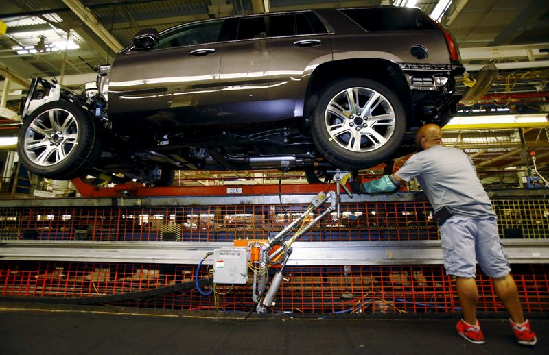 """""""General Motors"""" automobilių surinkimo linija. Mike'o Stone'o (""""Reuters"""" / """"Scanpix"""") nuotr."""