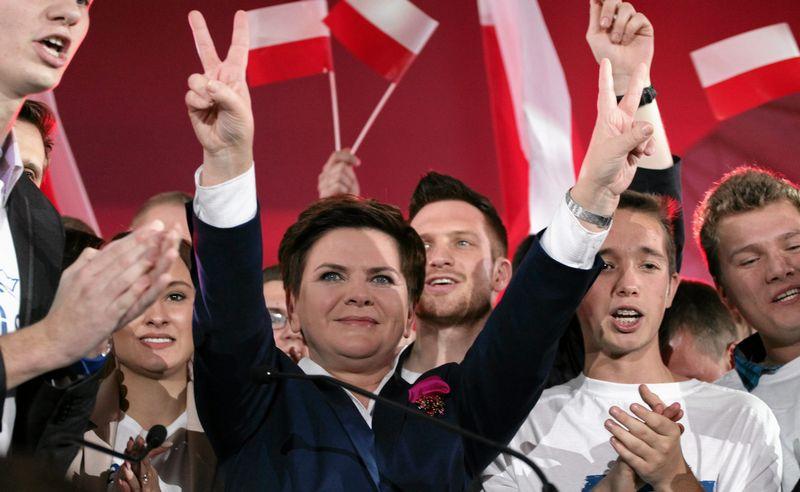 """Beatai Szydlo, """"Teisės ir teisingumo"""" kandidatė į premjerus, gali džiaugtis, – jos vedamos partijos persvara prieš """"Pilietinę platformą"""" siekia 8–12%. """"AGENCJA GAZETA"""" (""""REUTERS"""" / """"SCANPIX"""") NUOTR."""